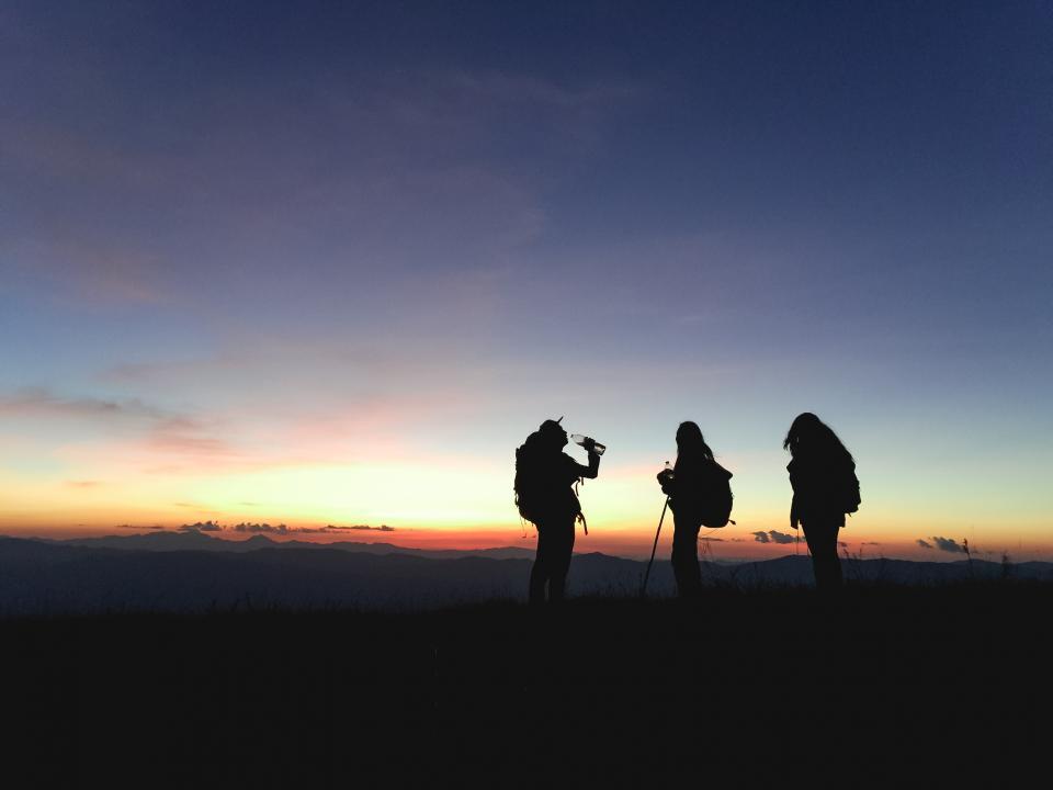 Melakukan pendakian bersama teman dan istirahat saat mendaki