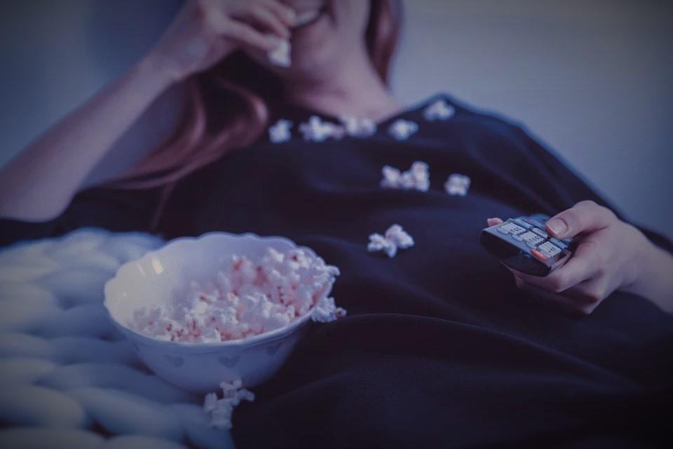 Menonton film atau TV