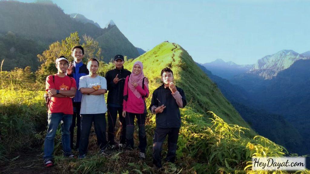 Foto di puncak bukit Watu Jengger saat sore