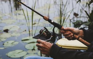 Memegang pancing atau joran saat memancing