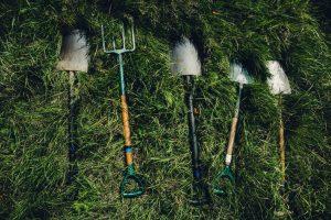 Sekop dan garpu peralatan berkebun dan menanam
