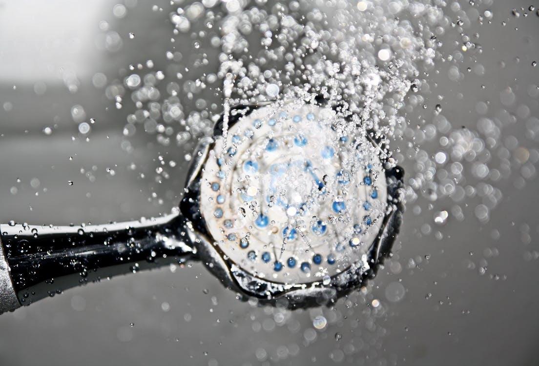 Air hangat dari shower mandi