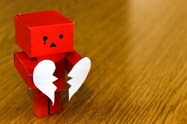 Boneka kardus patah hati