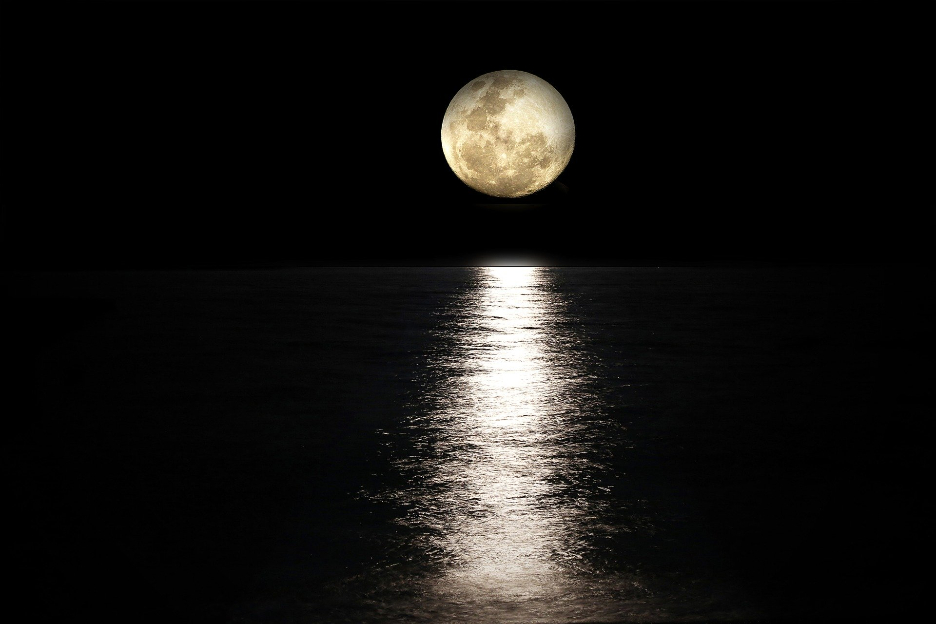 Bulan purnama di laut