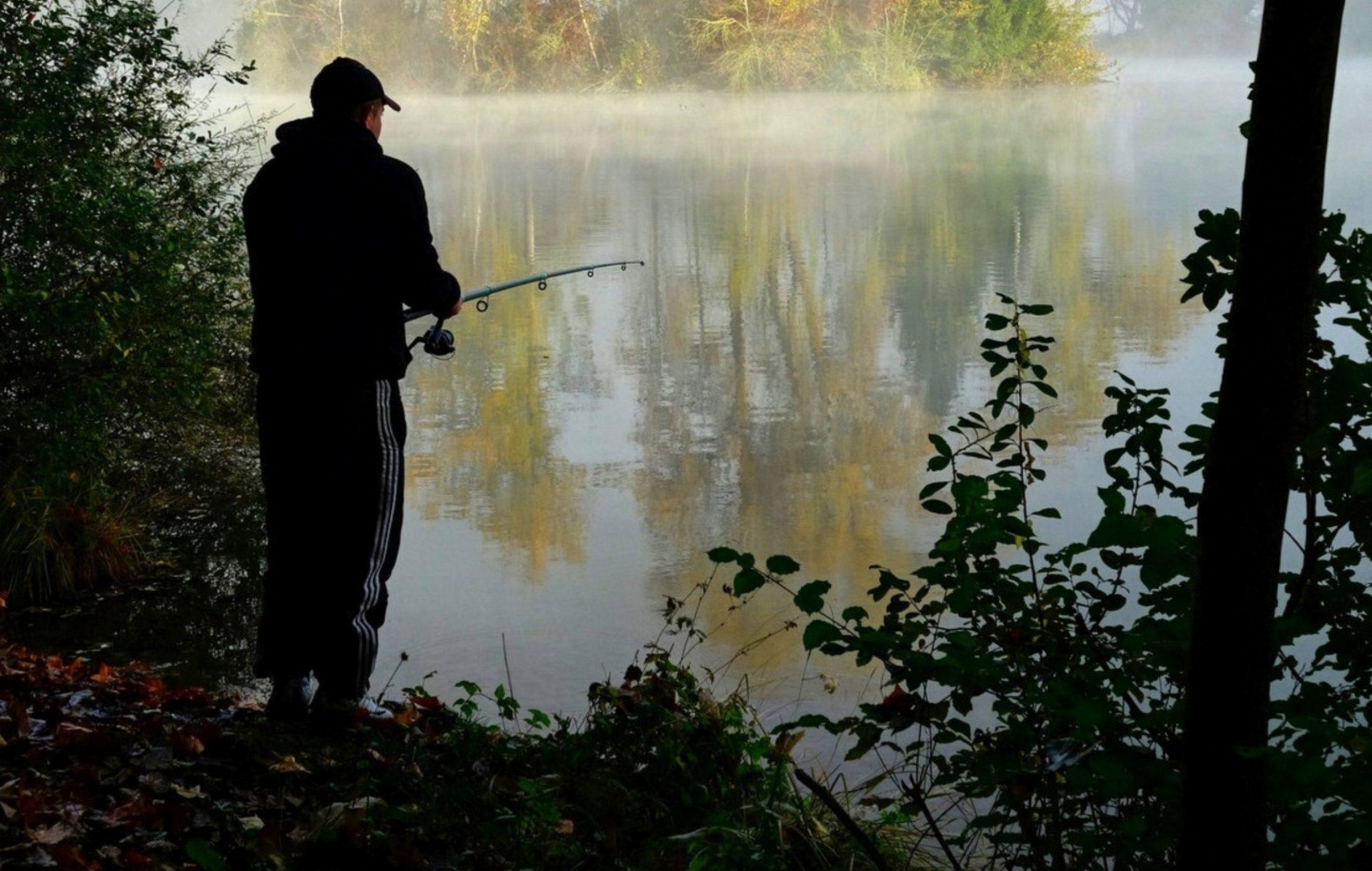 Memancing dengan tenang di danau
