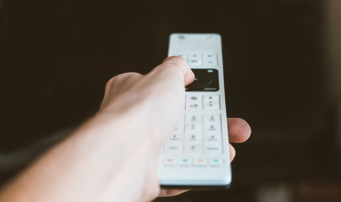 Memegang remote control
