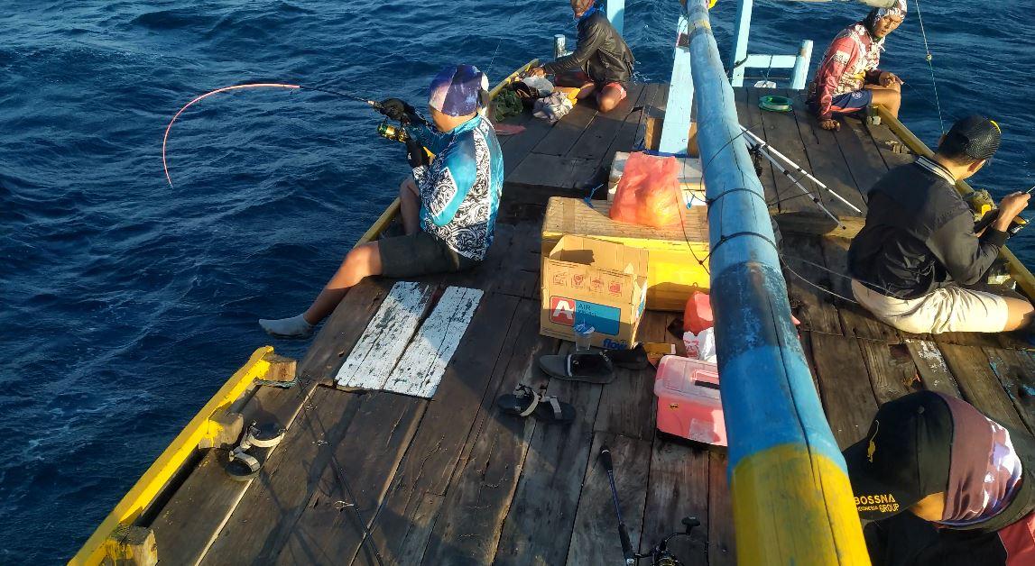 Menarik ikan mancing di laut probolinggo