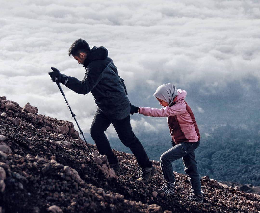 Mendaki gunung dengan pacar