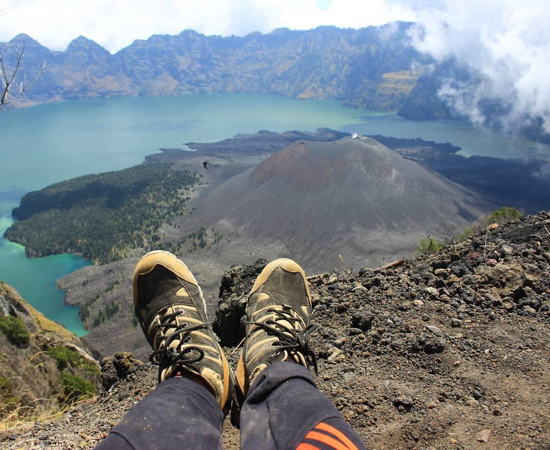 Duduk istirahat di puncak Rinjani