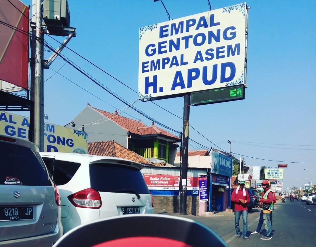 Papan Nama Rumah Makan Empal Gentong Haji Apud Cirebon
