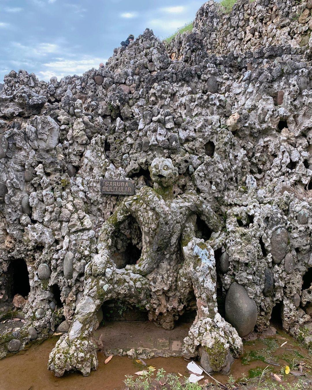 Patung Batu Berbentuk Orang Sedang Terduduk