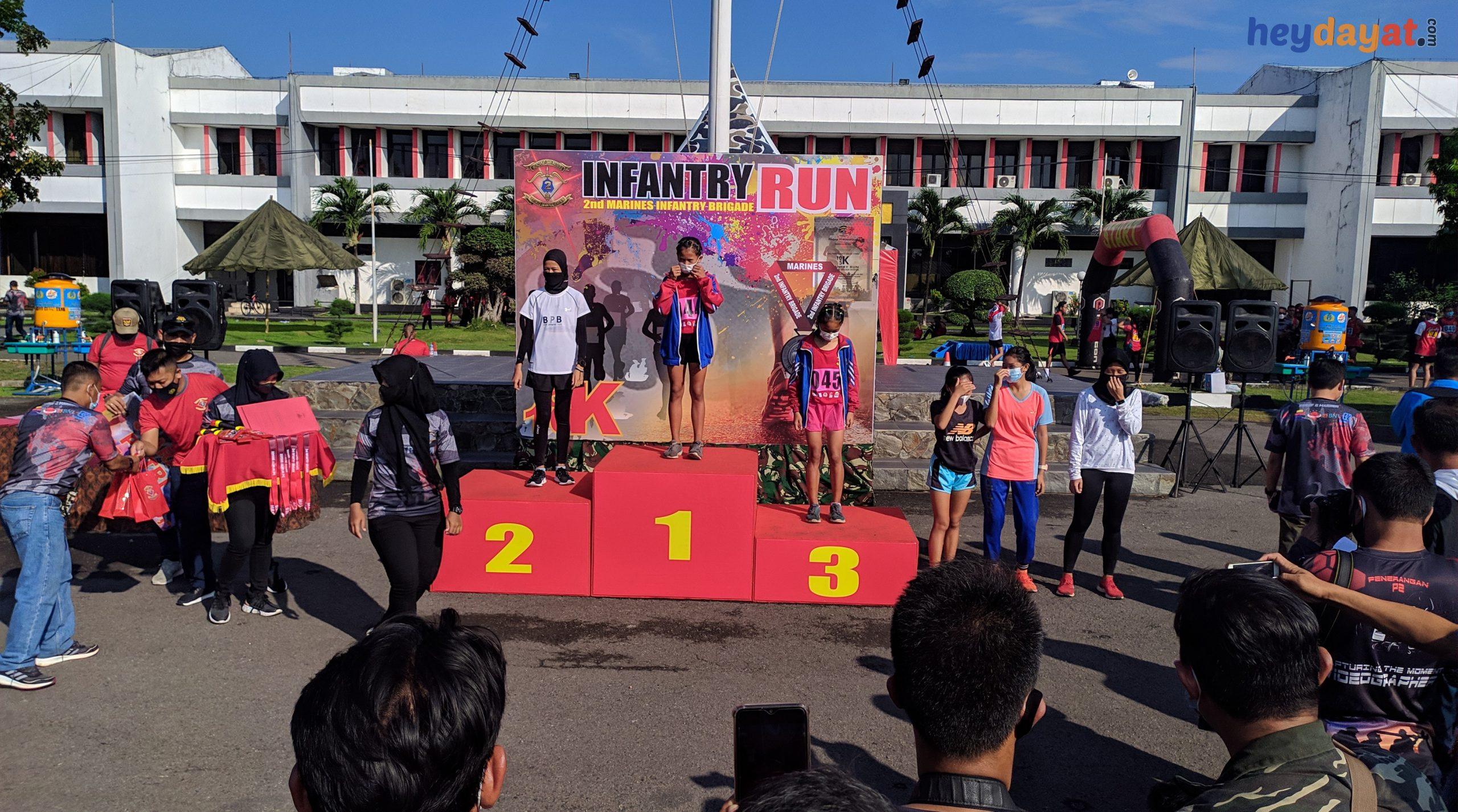 Penyerahan Hadiah Juara 2nd Infantry Run Kategori Umum dan Harapan Putri