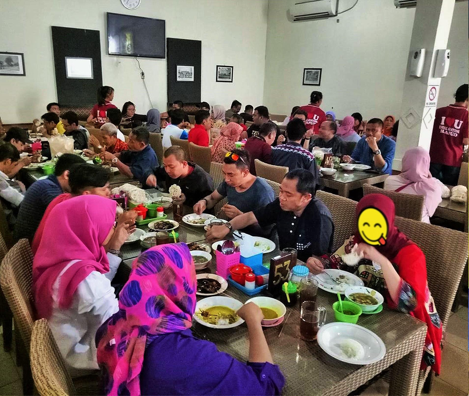 Suasana restoran atau rumah makan Empal Gentong Haji Apud Cirebon