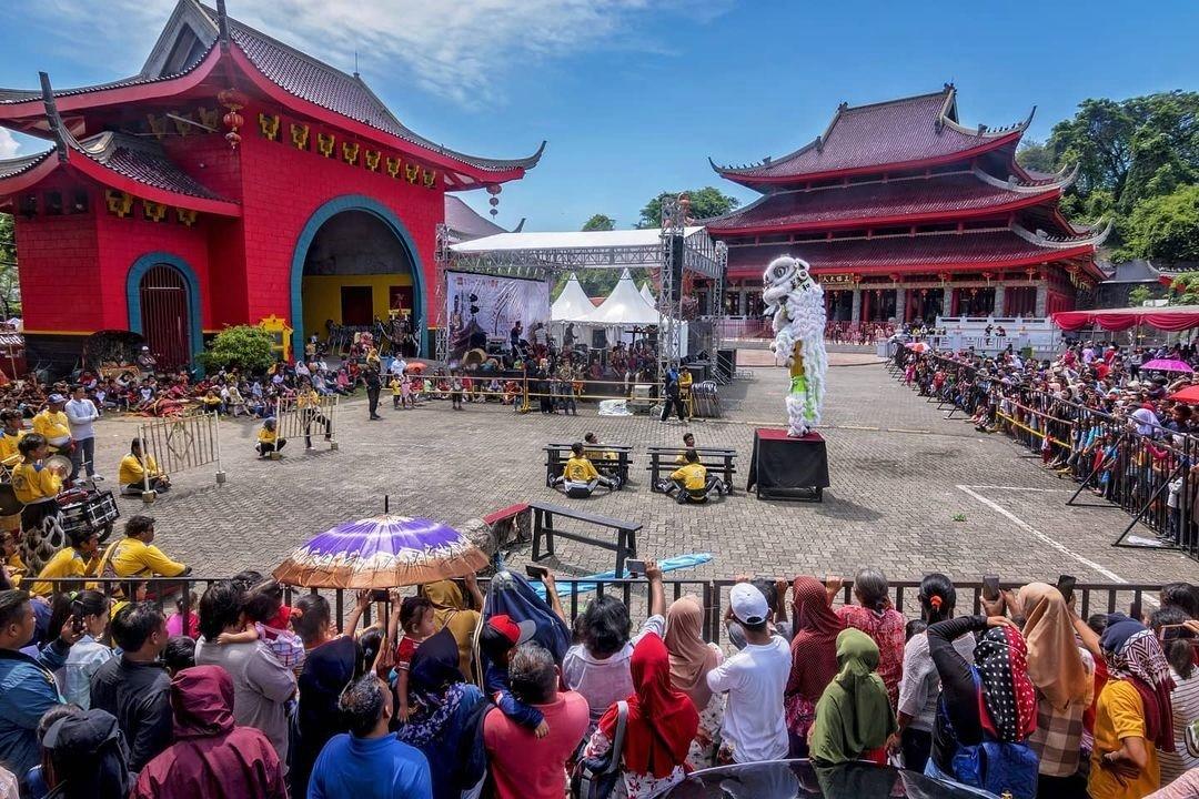 Pertunjukan Barongsai Saat Perayaan Imlek Di Sam Poo Kong