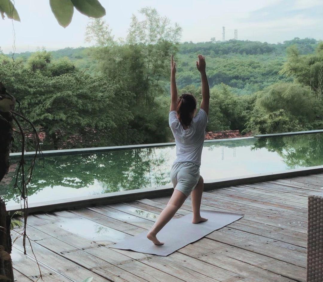 Yoga Di Pinggir Kolam Renang Desa Alamanis
